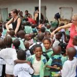 Alle kinderen willen een handje geven