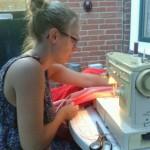 Evelien achter de naaimachine